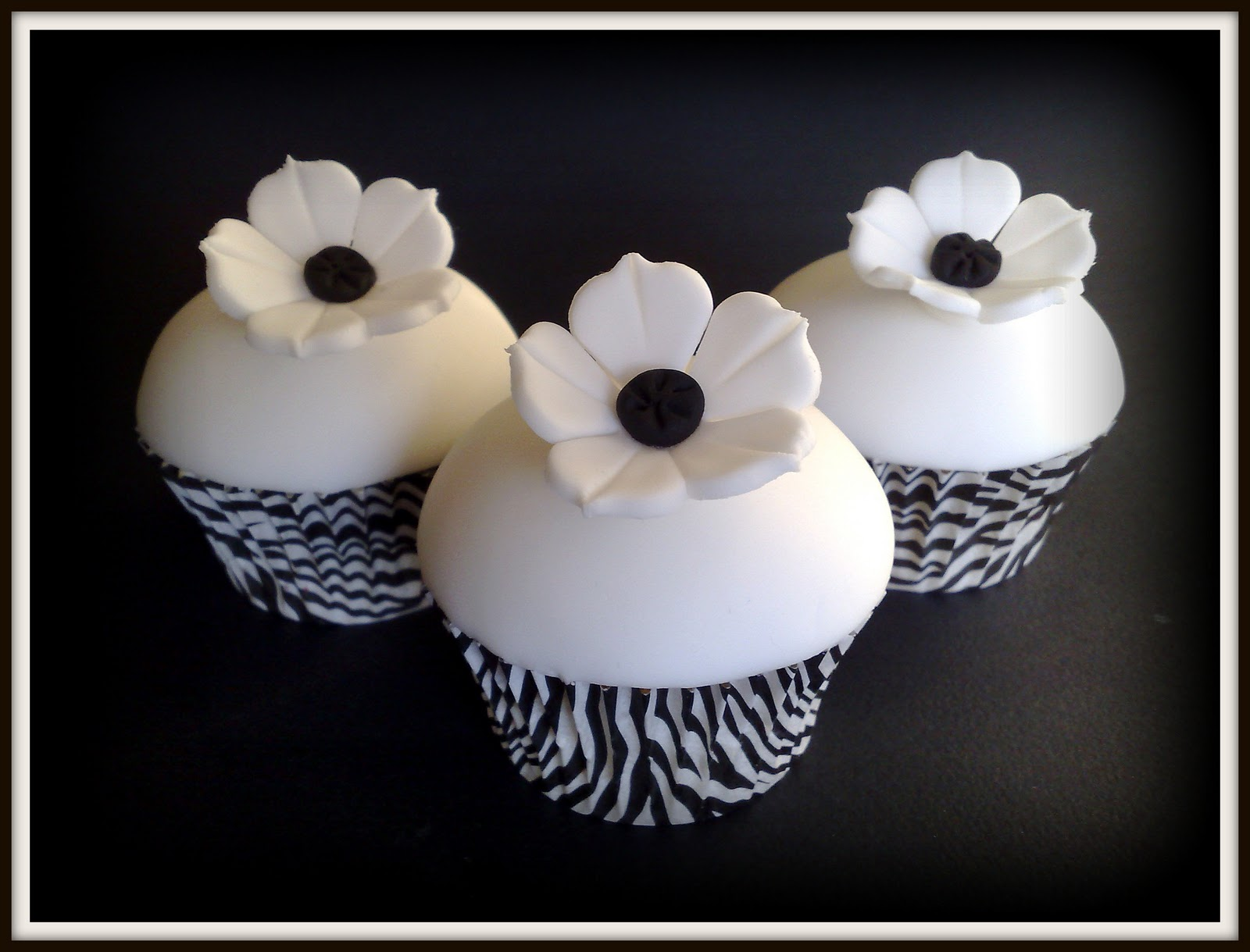black and white zebra print flower cupcakes, black and white cupcakes, wedding cupcakes, flower cupcakes, food, cupcakes, dessert, cupcake